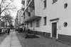 Körtestraße 2018 (woischnigthomas) Tags: bürgersteig wand tür fenster baum architektur körtestrase bw people baustelle absperrung kreuzberg kiez