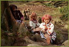 Kindergartenkinder ... den Tag genießen ... (Kindergartenkinder) Tags: kindergartenkinder annette himstedt dolls milina sanrike tivi felsen baum personen gras wald