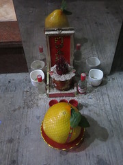 Streetside Offerings (Toni Kaarttinen) Tags: macau macao china 澳門 澳门 daytrip altar offering fruit