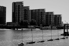 Skyscrapers Against Boats, Sky Against River. (Carcasa8) Tags: tamigi london 2018 skyscraper boats sun blackwhite river