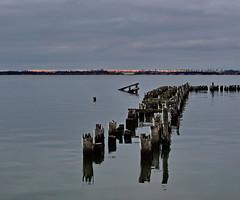 alt (Wunderlich, Olga) Tags: strelasund alterbootssteg landschaft natur naturaufnahme winter spiegelung rot