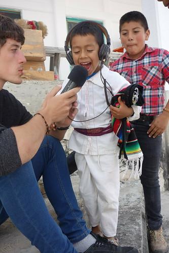 C'est aussi l'occasion de faire découvrir le matériel aux enfants du village qui ne participent pas au projet