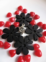 Be your own music (Espykrelle) Tags: smileonsaturday onpurewhite music musique sol g heart cœur fleurs flowers white black red rouge blanc noir explore theme