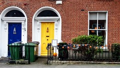 Halloween (Raúl Alejandro Rodríguez) Tags: rarb1950 puertas doors verja fence ventana window ladrillos bricks dublin irlanda ireland