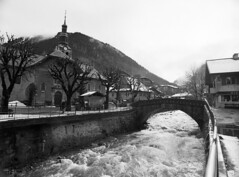 Morzine: Vieux-Pont (holtelars) Tags: pentax 645 pentax645 645n 6x45 smcpentaxa 35mm f35 120 film 120film foma fomapan fomapan100 professional 100iso mediumformat analog analogue blackandwhite classicblackwhite bw monochrome filmforever ishootfilm filmphotography xtol homeprocessing larsholte alps morzine france winter bridge river church