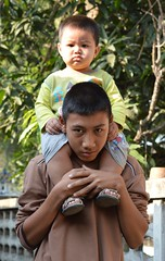 cranky boy on uncle's shoulders (the foreign photographer - ฝรั่งถ่) Tags: cranky boy shoulders uncle khlong thanon portraits bangkhen bangkok thailand nikon d3200