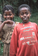 Ethiopia : Bench girl and boy #1 (foto_morgana) Tags: africa afrika afrique analogphotography analogefotografie anthropology bench ethiopia ethnic ethnie etnia etniciteit nikoncoolscan outdoor photographieanalogue travelexperience vuescan