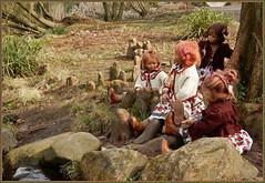 Guck mal wer da kommt ... (Kindergartenkinder) Tags: kindergartenkinder annette himstedt dolls milina sanrike tivi baum personen wald annemoni