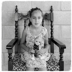 (Walter Daniel Fuhrmann) Tags: mika niña child retrato portrait bw bn blancoynegro muñeca doll pared wall silla chair
