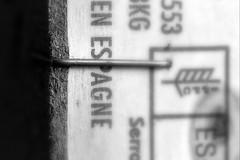 Staple. (Dikke Biggie.) Tags: macromonday macromondays mm happymacromondays hmm macro themefastener fastener bevestiger staple nietje espagne spanje wood hout box kistje closeup detail canon canoneos450d 100mm f28 blackandwhite bw black white zwartwit zw zwart wit monochrome monochroom dof depthoffield scherptediepte canonnl