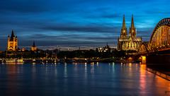 Köln... (st.weber71) Tags: köln dom kölnerdom rhein rheinland rheinufer rheinpromenade deutschland germany nrw nikon lzb langzeitbelichtung wasser brücken brücke blauestunde skyline abendstimmung kirche kirchen bluehour schiffe flus