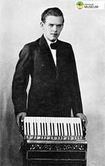 tm_2451 (Tidaholms Museum) Tags: svartvit positiv påsk porträtt människa 1935 dragspel musikinstrument