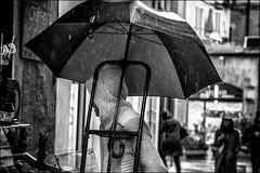 Livraison pluvieuse! / Rainy delivery!! (vedebe) Tags: humain human people ville city street rue urbain urban pluie noiretblanc netb nb bw monochrome travail provence