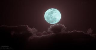 Once in a blue moon. (De vez en cuando).