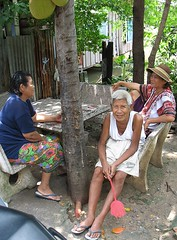 grandpa in the garden with neighbors (the foreign photographer - ฝรั่งถ่) Tags: grandpa white hair pink fly swatter two neighbor ladies khlong thanon portraits bangkhen bangkok thailand canon