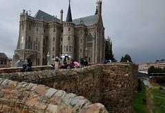 Astorga (León). Palacio episcopal de Antonio Gaudí y muralla (santi abella) Tags: astorga león castillayleón españa palacioepiscopaldeastorga antoniogaudí arquitecturamodernista