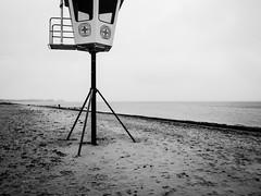 Wasserwacht (Peter Glaab) Tags: kielerförde ostsee olympus zuiko m43 winter wasser himmel sky beach person aussichtsturm horizont wolken sand blackandwhite meer strande