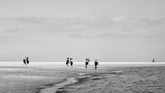 people (Jos Mecklenfeld) Tags: beach strand people leute mensen landscape landschaft landschap sea meer zee noordzee northsea nordsee borkum niedersachsen germany deutschland duitsland bw kodaktmax3200 sonylaea2 sonynex3n minoltaaf50mmf17 minolta summer sommer zomer de