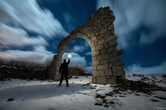 Exploring the arch (Andrés Domínguez Rituerto) Tags: noche night nocturna nocturne nightphotography arco arch sky cielo clouds nubes estrellas stars longexposure largaexposición people light nieve snow winter