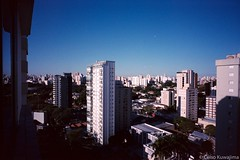 Moema, São Paulo (Celso Kuwajima) Tags: epsonv800 silverfastai building landscape leicam4 leicasuperangulon13421mm kodakportra160 blue sky analogphotography sãopaulo brazil br
