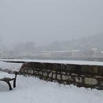 Banc enneigé sur le quai Kilmarnock, au loin le pont de Rochebelle embrumé thumbnail