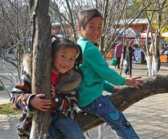 Two Cute Gap-Toothed Girls (Wolfgang Bazer) Tags: green lake park 翠湖公园 kunming yunnan china gaptoothed girls mädchen children kinder