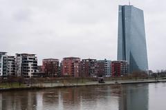 2018-EZB an einem trüben Februartag (mercatormovens) Tags: frankfurt ezb ecb hochhaus main wohnhäuser ostend