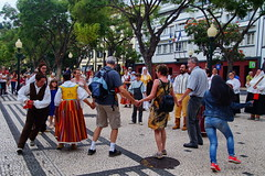 Tourists invitet to join (Steenjep) Tags: madeira portugal ferie holiday urlaub funchal city street streetlife building house dance festival fun folklore