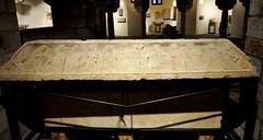 Astorga (León). Museo de los Caminos. Tapa de sarcófago de los Pimentel, siglo XV. Procede San Roman del Valle en Zamora (santi abella) Tags: astorga león castillayleón españa museodeloscaminos palacioepiscopaldeastorga