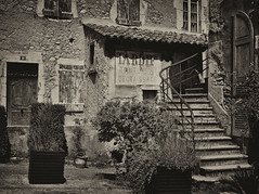 Deux cadrages, deux compositions, deux traitements, un même lieu (Thierry.Vaye) Tags: die drôme monochrome