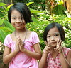 polite sisters (the foreign photographer - ฝรั่งถ่) Tags: two girls peace sign wai khlong thanon portraits bangkhen bangkok thailand canon