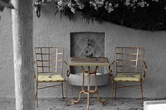 Invitation à la pause (hans pohl) Tags: france saintraphaël var blackandwhite recoloured noiretblanccoloré