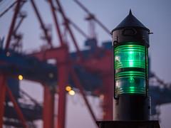 Navigational Light - Petroleum Hafen (astielau) Tags: booten dunst hafen hamburg morgen nebel portainer sonnenaufgang waltershoferhafen wetter