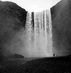 silhouettes dans la brume (objet introuvable) Tags: blackandwhite bw noiretblanc nb nature islande waterfall monochrome iceland water