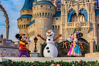 Olaf Greets Minnie & Mickey
