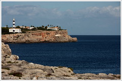 Far de Portocolom | Portocolom lighthouse | Маяк Портоколом (Dit is Suzanne) Tags: img1687 08112017 spanje spain испания balearen balearicislands балеарскиеострова illesbalears islasbaleares majorca mallorca мальорка ©ditissuzanne canoneos40d tamron18200mmf3563diiivc herfst autumn осень puntadesjonc portocolom портоколом rotskust serresdellevant vuurtoren ligthouse маяк portocolomlighthouse portocolomvuurtoren маякпортоколом fardeportocolom farodeportocolom views50 views100