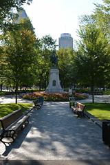 HBM Boer War Memorial (Omunene) Tags: bench benchmonday dorchestersquare montréal canada urbanpark monument statue equestrianstatue riderlesshorse molsoncanadian imperiumetlibertas boerwar boerwarmemorial