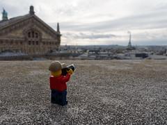 Sur les toits de Paris (Yo Gui) Tags: paris sur les toits tour eiffel opéra garnier nuage cloudy clouds lego personnage mise en scène photographe france