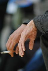 DSC_1646 (borneirana) Tags: manos hands smoke humo man hombre croacia guerra streetphotography street fotos fotografía cigarrillo