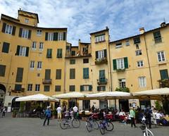 Lucca (Bogdan J.S.) Tags: europa europe włochy italy italia lucca miasto town architektura architecture dziedzictwo heritage dom building plac square niebo sky ludzie people