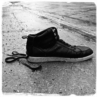 Chercher soulier droit... Seeking for the other shoe...