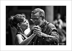 """""""Cela vous dérangerait de remonter votre main ??"""" (RégisD) Tags: danse noir et blanc bw rue tango nuit couple"""