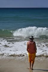 Profiter jusqu'au bout... (Thierry.Vaye) Tags: nadia guadeloupe plage caraïbes bleu chapeau