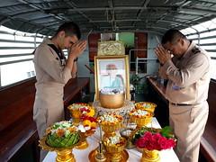 sailors, flowers and an urn (the foreign photographer - ฝรั่งถ่) Tags: two sailors royal thai navy samut prakan mine squadron bangkok thailand samsung phone