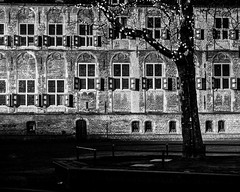 (Nico_1962) Tags: gouda nacht night lowlight leica leicam zeiss planar nederland medieval boom gebouw stadhuis townhall urban meetzoeker rangefinder thenetherlands zwartwit bw blackandwhite