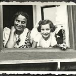 Archiv FaMUC244 Münchner Familie, Fenstergucker, 1940er thumbnail