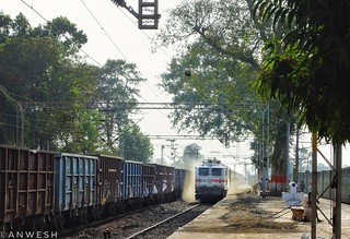 Newbie Tata WAP7 30614 creates duststorm and cruises away with South Bihar Exp !