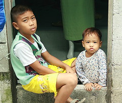 boys in a doorway (the foreign photographer - ฝรั่งถ่) Tags: two boys children doorway khlong thanon portraits bangkhen bangkok thailand canon kiss