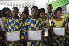 Abschlussfeier von Absolventen einer Handwerkslehre im Centre Policies der Caritas in Cotonou (Caritas international) Tags: arbeit ausbildung jugendliche visibility cotonou benin