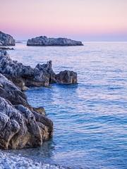 Lubenice, Cres, Croatie (Arnaud Gremillon) Tags: rose purple waves vague eau water mer see sunset coucherdesoleil paysage landscape blue bleu rocks galets beach dawn crépuscule plage